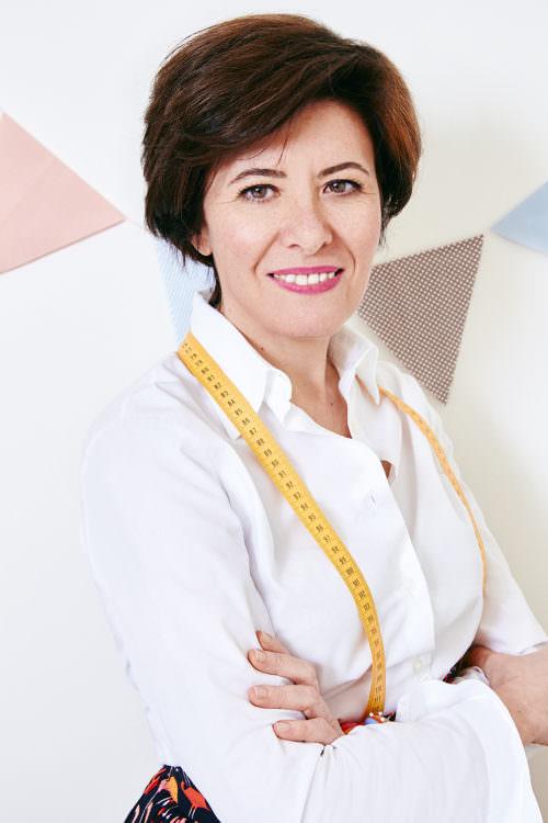 Ritratto Angela Troiani con centimetro da sarta