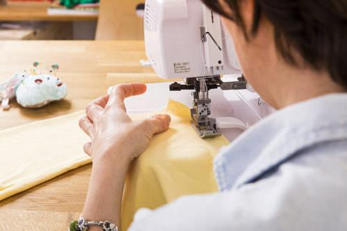 Ritratto artigiana al lavoro con la macchina da cucire
