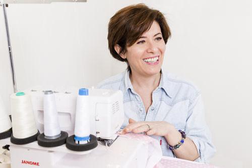 Donna sorridente al lavoro