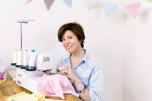 Ritratto sarta con macchina da cucire