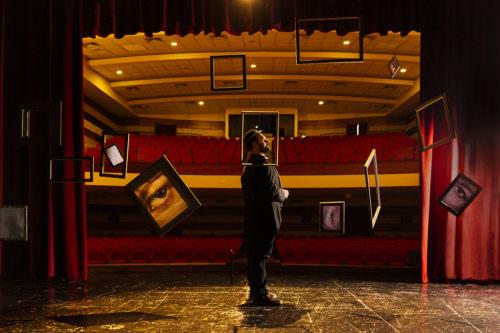 Gaetano Colella ritratto creativo, teatro e cornici