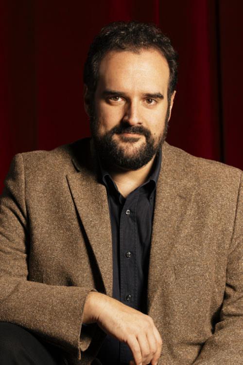 Gaetano Colella, ritratto sfondo sipario rosso